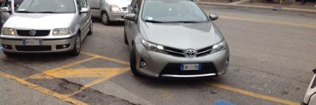 Terni, i disabili devono pagarsi le strisce per il parcheggio: il Comune chiede 250 euro