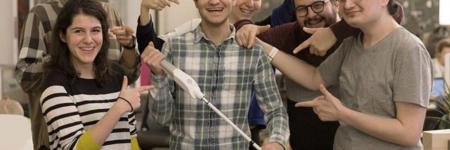 Ingegnere cieco inventa un bastone che usa Google Maps per aiutare i non vedenti
